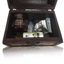 Baúl mapa madera con aceite la chinata, bombón de higo y mermelada de cereza