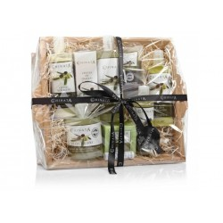 Productos de cosmética natural con Aceite de Oliva en cesta de cartón